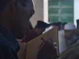 Seorang alumni Lirboyo terlihat khidmat mengikuti pengajian Kamis Legi.