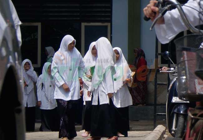 Santri Putri Senang Bersih-Bersih