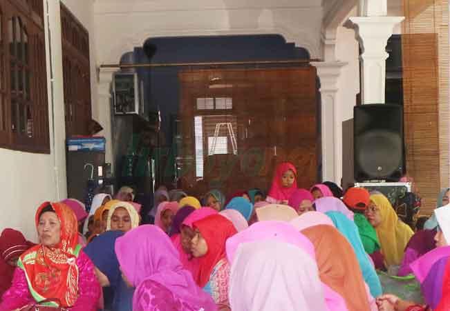Mengenang KH. A. Idris Marzuqi, Santri Putri Khataman Al-Quran