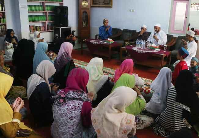 Habib Syekh Mengunjungi Santri Putri