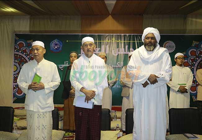 Daurah Ilmiyah li Ma'ahid al-Islamiyah Indonesia) bersama Syekh 'Awadl al-Karim Ustman al-Aqli dari Sudan di Pon Pes Lirboyo