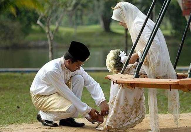 Istri Bekerja Membantu Suami, Bagaimana Tanggapan Syariat?
