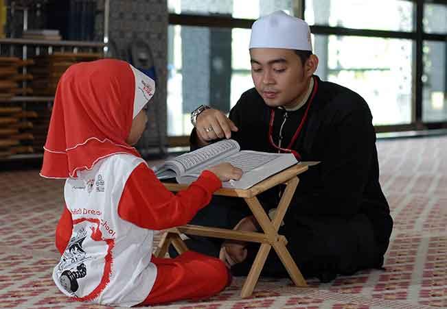 Hukum Anak Kecil Memegang Al-Qur'an